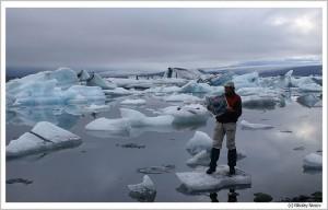 На айсберге с газетой ВВ. Лагуна Йокулсарлон