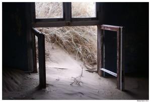 Дома уходят в песок
