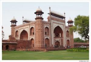 Ворота в храмовый комплекс сами похожи на дворец