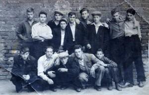 Послевоенная арбатская молодежь. Владимир Петрович Носов – с левого края в верхнем ряду. Рядом брат Валера.
