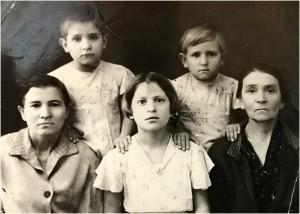 Ксения Метлина (Демьянок), дочь Ия, бабушка - Анастасия Васильевна Демьянок. Сверху дочери Римма и Света Метлины. 1944.