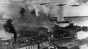 Бомбёжка переправы на Волге. Из архива ТАСС