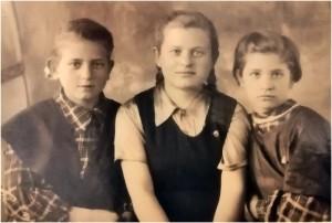 Сёстры Света, Ия и Римма. Черкесск, 1949